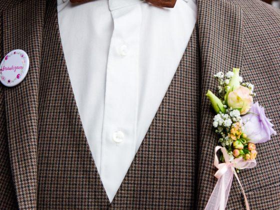 Hochzeitsfotograf Allgaeu Detail Anzug Holzfliege