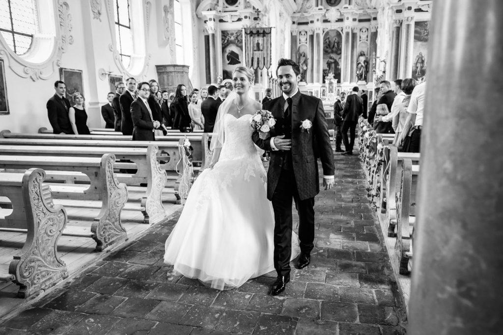 Hochzeitsfotograf Kempten Allgäu Brautpaar Auszug Kirche Fuessen