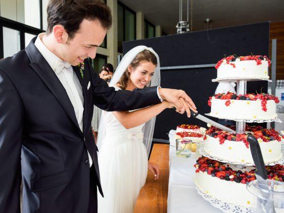 Hochzeitsfotograf Kempten Momente Torte anschneiden